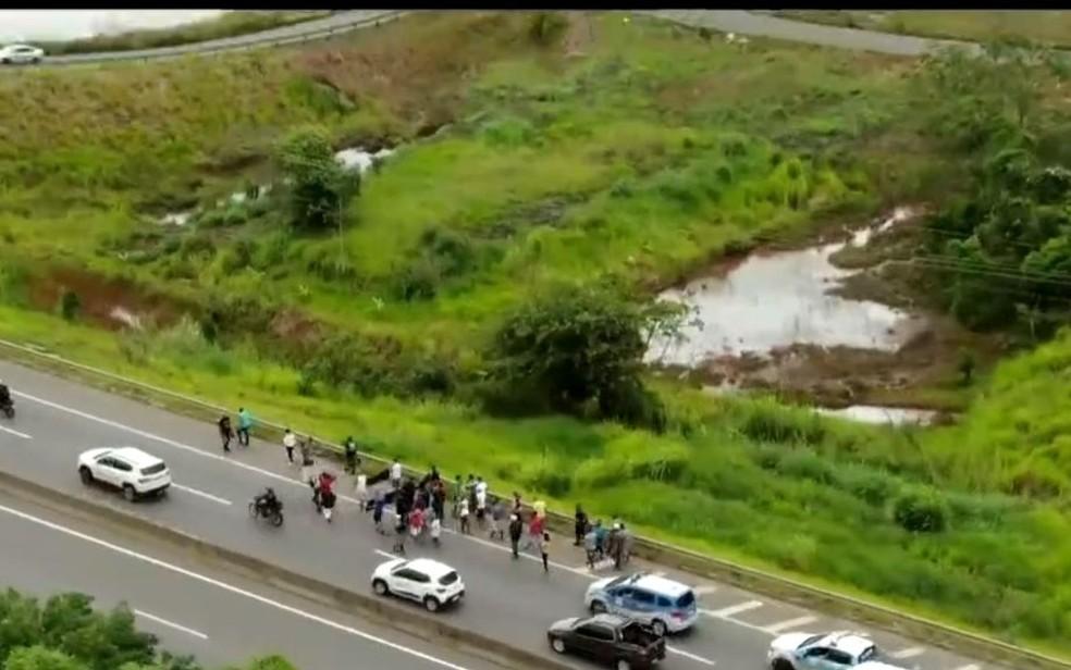 Caminhoneiros fazem ato na BA-526 em Salvador — Foto: Reprodução/TV Bahia