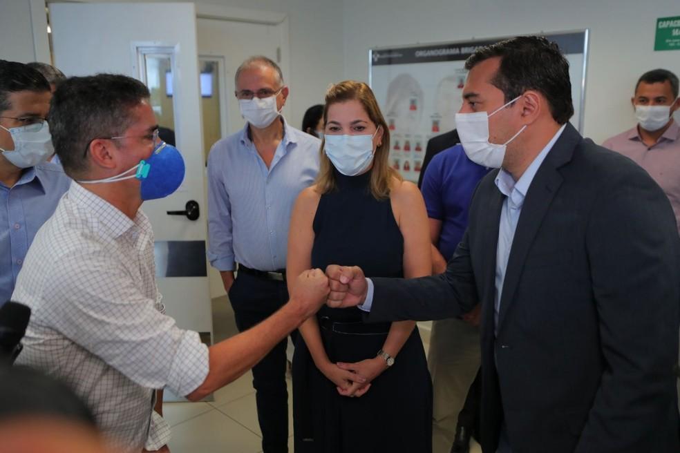 4 de janeiro - Prefeito David Almeida (esq.), Mayra Pinheiro (centro) e governador Wilson Lima durante visita a unidades de saúde em Manaus — Foto: Secom