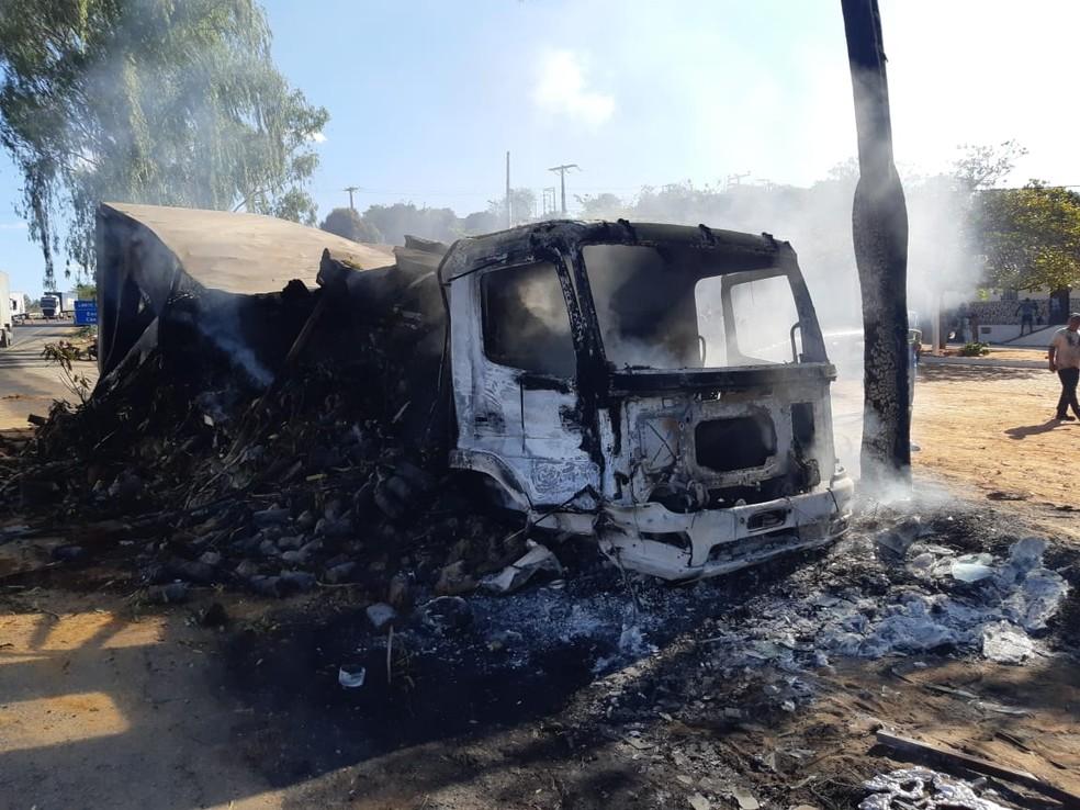 Caminhão pegou fogo após bater em carreta na BR-116, na Bahia — Foto: PRF/ Divulgação