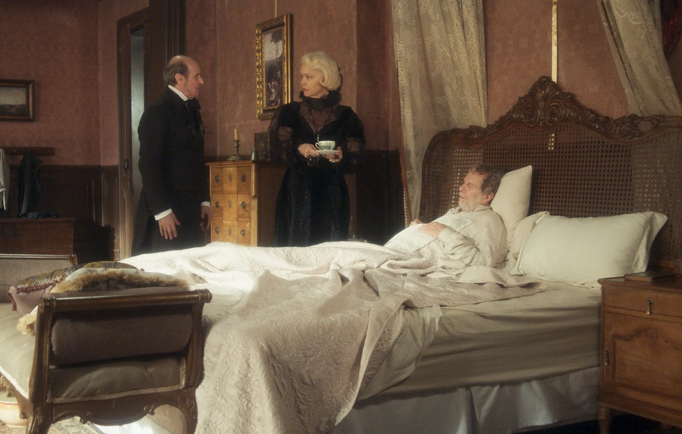 Schultz (Ruben Gabirra) dá um jeito de afastar Greta (Julia Lemmertz) de Wolfgang (Jonas Bloch) para salvá-lo, em 'Novo Mundo' — Foto: TV Globo
