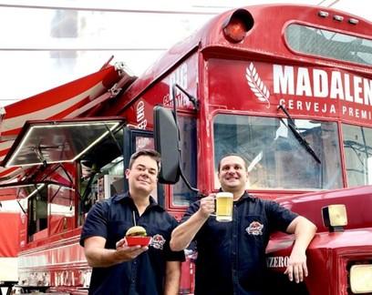 Ônibus americano e rock clássico: hamburgueria Busger fatura R$ 24 milhões