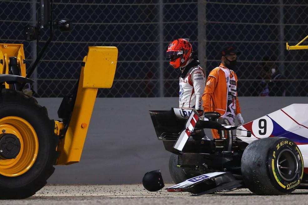 Nikita Mazepin, da Haas, deixa carro após bater em estreia no GP do Bahrein da F1 2021 — Foto: Lars Baron/Getty Images