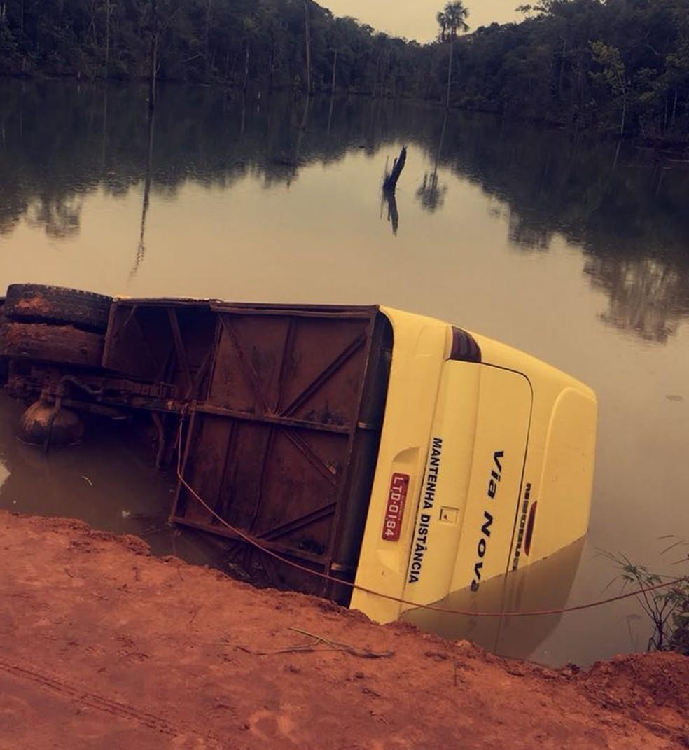 Ônibus caiu depois que motorista desviou de motociclista em estrada (Foto: Corpo de Bombeiros-MT/ Divulgação)