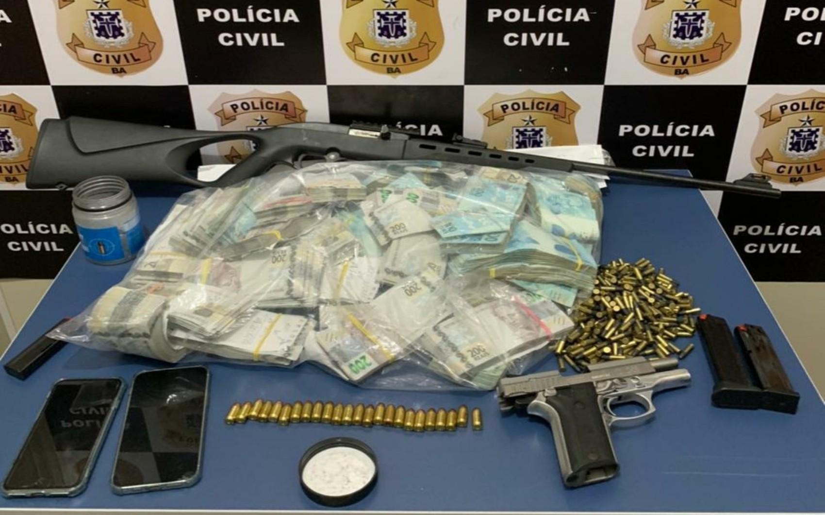 Polícia encontra armas e R$ 670 mil em fazenda do irmão do prefeito de Embu das Artes (SP)