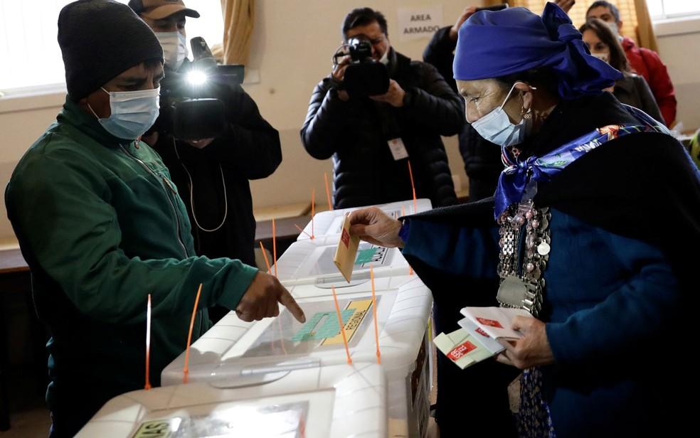 Autoridade espiritual mapuche e candidata a constituinte, Francisca Linconao vota em Temuco, no Chile, no domingo (16) — Foto: Reuters/Juan Gonzalez