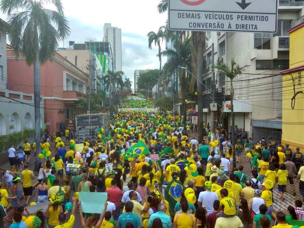 Manifestantes seguem pela Avenida Getúlio Vargas, em Cuiabá (Foto: Lislaine dos Anjos/ G1)