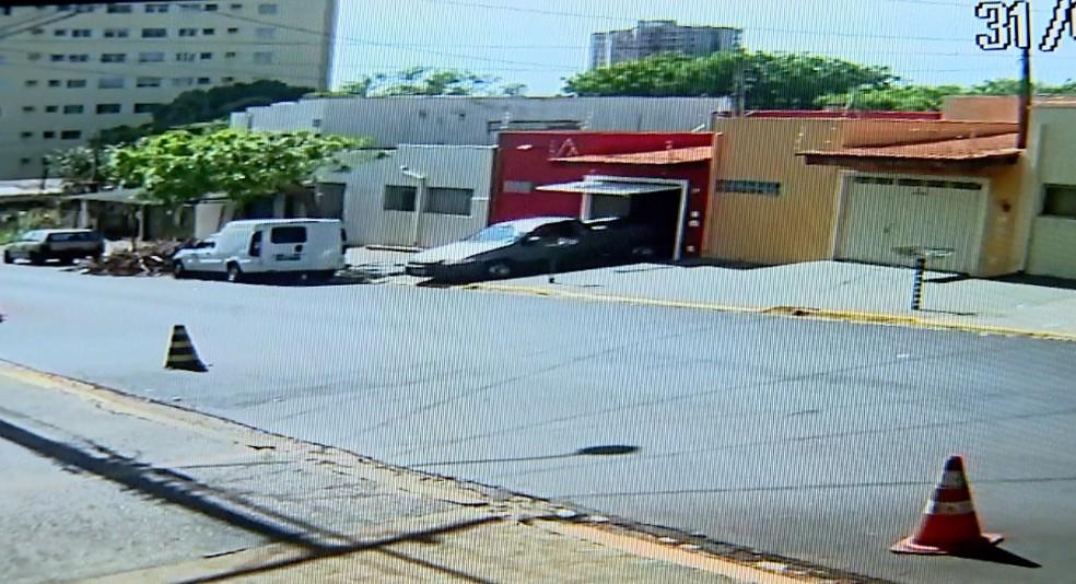Câmeras de segurança mostram picape saindo com o corpo de Fernanda Delarice em Ribeirão Preto (Foto: Reprodução)
