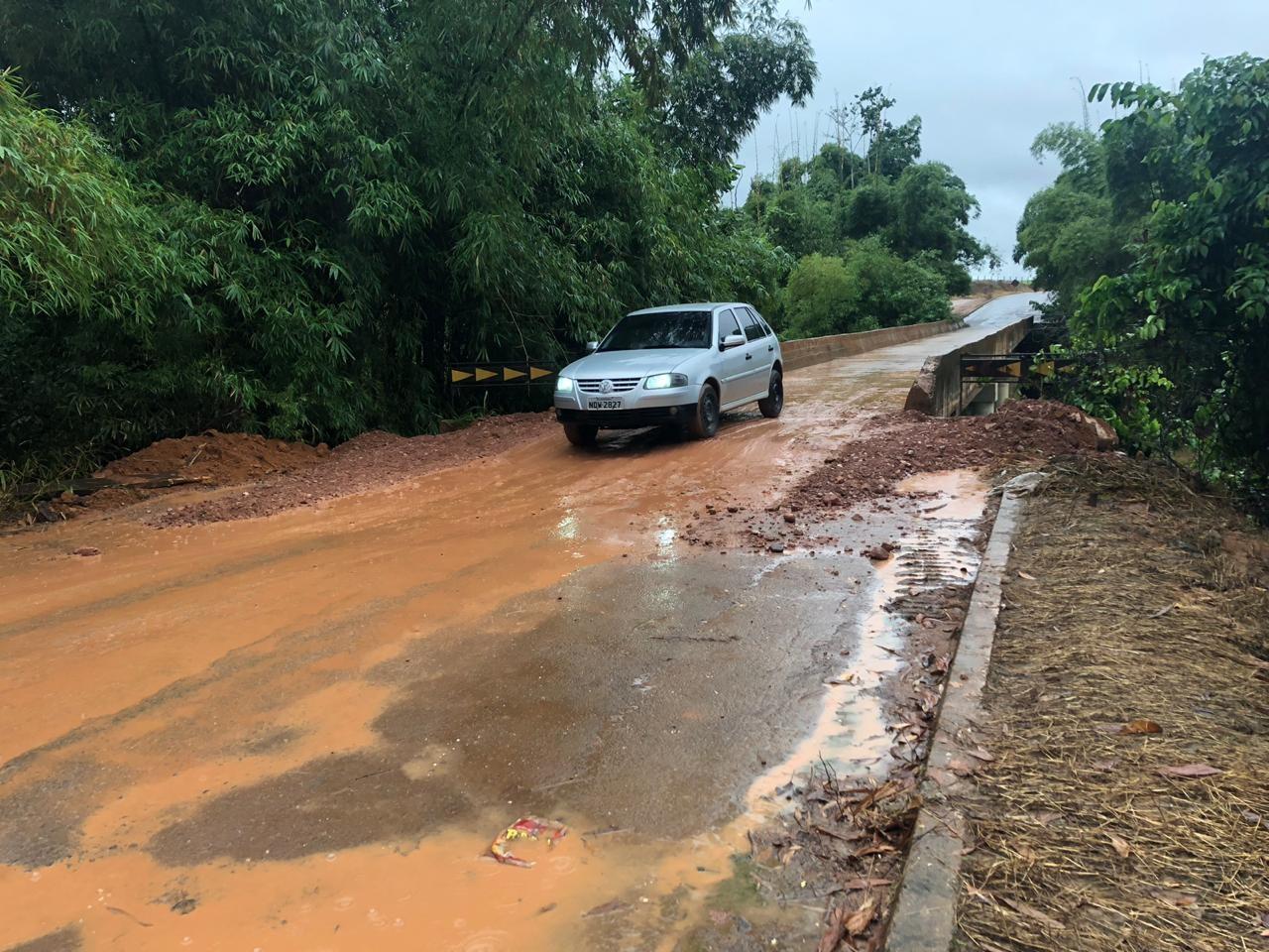 DER recupera cabeceira de ponte na RO-257 e tráfego é liberado em Ariquemes, RO