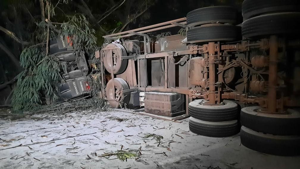 Carreta carregada com cal virgem tombou sobre casas, na altura do bairro Goiânia, em BH — Foto: Lucas Franco/TV Globo