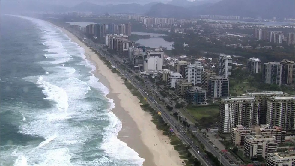 Mar muito mexido na Praia da Barra da Tijuca (Foto: Reprodução/TV Globo)