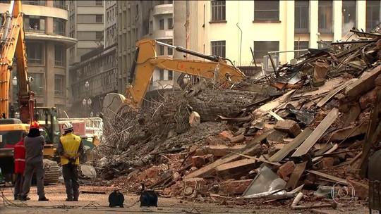 Bombeiros continuam trabalhando nos escombros do prédio em SP em busca de vítimas