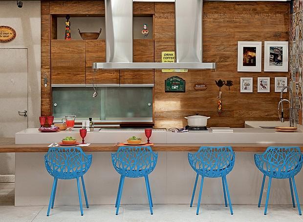 No espaço gourmet, a moradora pediu decoração alegre. Além do colorido dos ladrilhos hidráulicos, o arquiteto Samy Dayan e a designer de interiores Ricky Dayan, apostaram em armários de madeira de demolição e cadeiras azuis na bancada (Foto: Luis Gomes/Casa e Jardim)