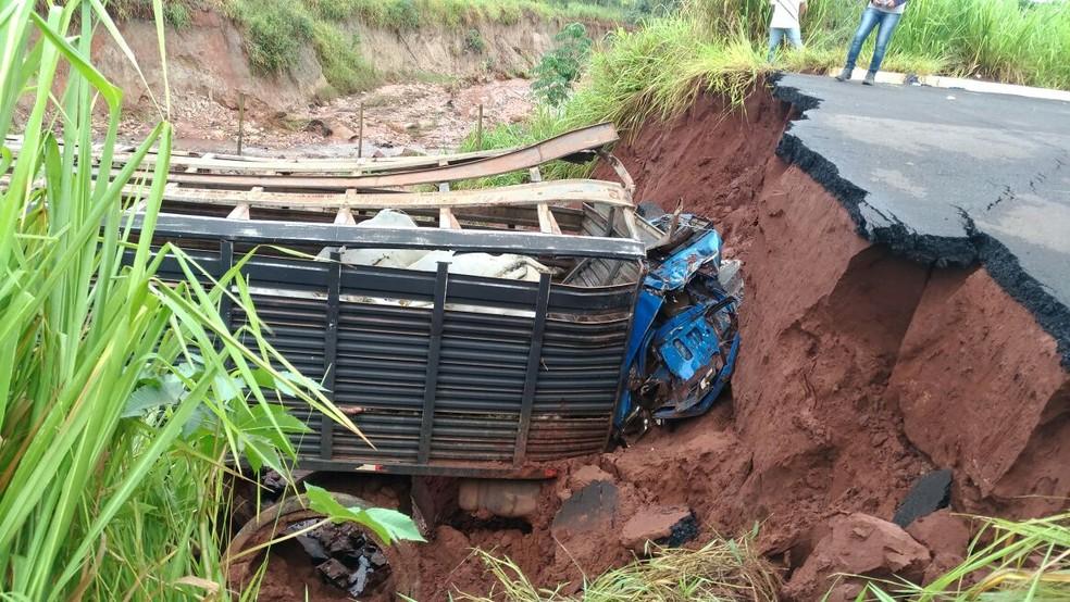 Passageiro do caminhão morreu em acidente na MS-475 (Foto: PMR/Divulgação)