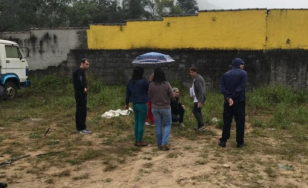 Autor indica local onde o corpo de motorista foi deixado (Foto: Divulgação/Polícia Civil)