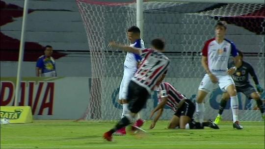Ricardo Bueno domina, ajeita o corpo, mas chuta para fora aos 2 do 2º tempo