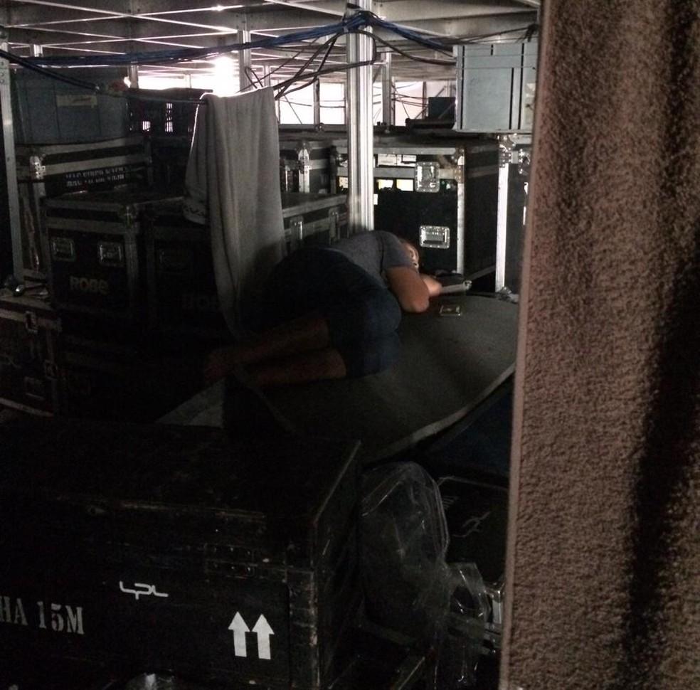 Trabalhador dormindo debaixo do Palco Sunset — Foto: Divulgação