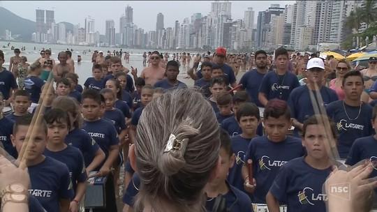 Bateria de crianças surpreende banhistas no carnaval de Balneário Camboriú