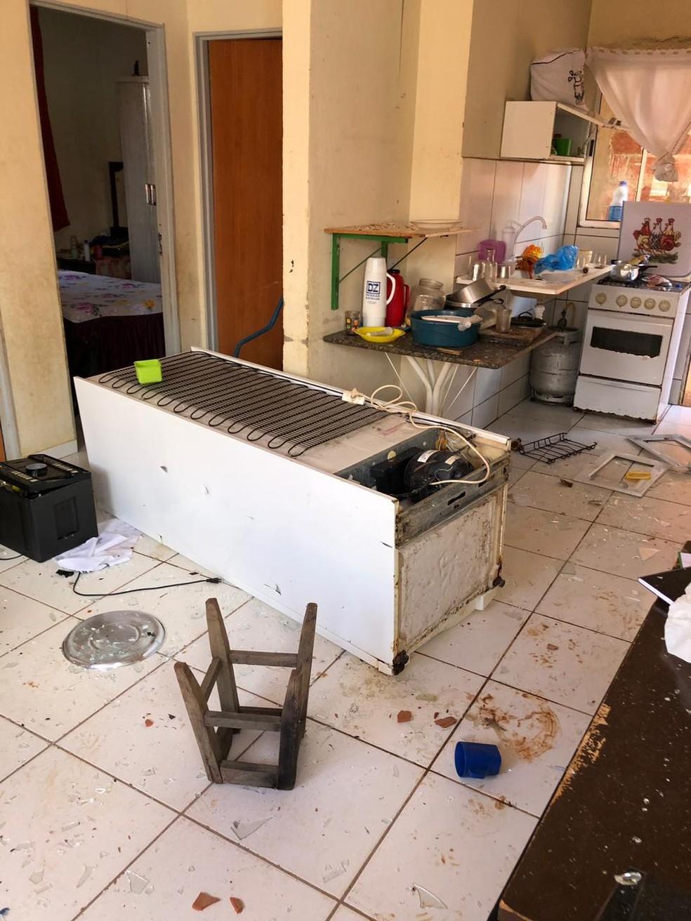 Homem quebrou portas, janelas e derrubou móveis — Foto: Divulgação/SSP-TO