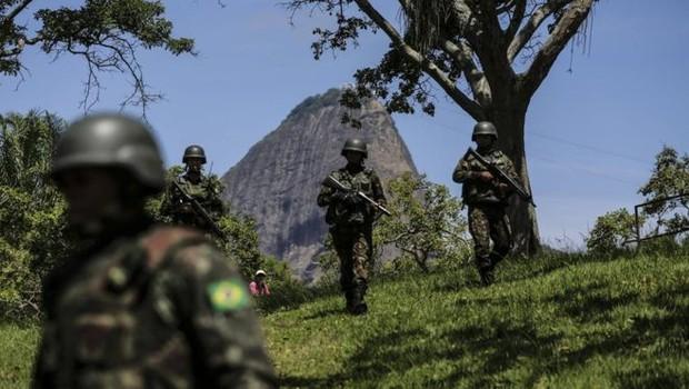 Só o Exército tinha, no início do ano, mais de 67.600 filhas de militares recebendo R$ 407 milhões por mês - o que dá um valor de mais de R$ 5 bilhões por ano. (Foto: EPA via BBC)