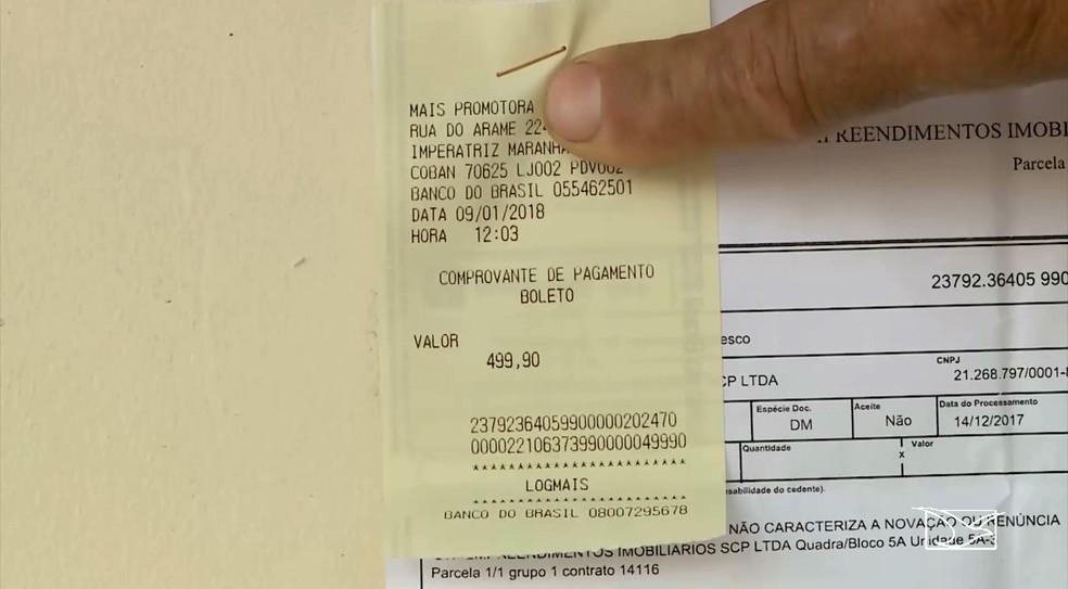 Gilson Rodrigues mostrou o valor da conta que acreditou ter sido pago no banco postal (Foto: Reprodução/TV Mirante)