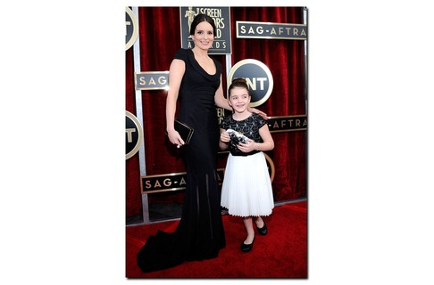 Alice, filha de Tina Fey, brilhou no red carpet do SAG Awards e roubou a cena do evento