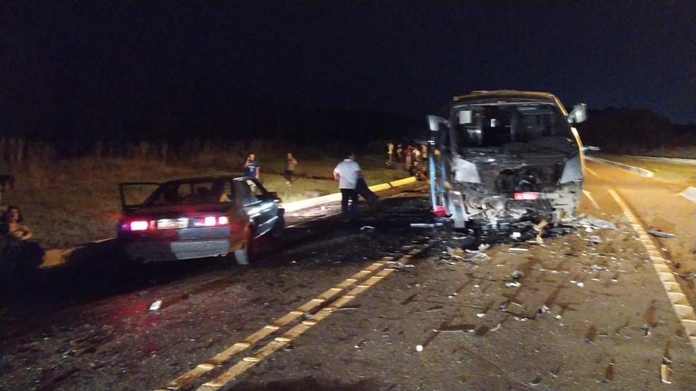 Acidente entre caminhonete e micro-ônibus deixa mortos em SC — Foto: PRF/Divulgação
