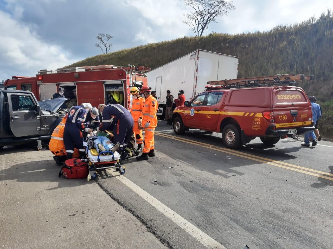 Acidente entre carro e caminhão deixa 4 feridos na BR-267 em Juiz de Fora