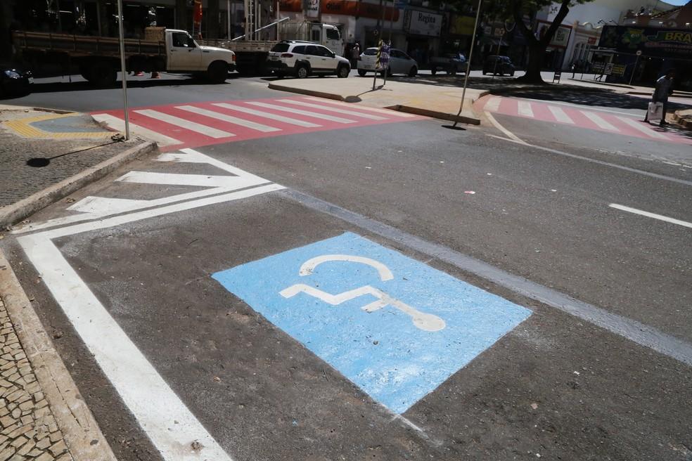 Estacionamento para deficiente físico na praça Rui Barbosa em Uberaba — Foto: Prefeitura de Uberaba/Divulgação