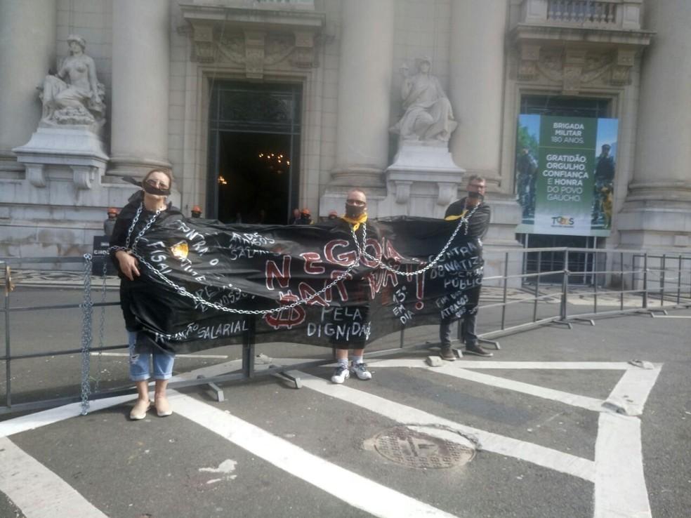 Professores acorrentados em frente ao Palácio Piratini, no Centro de Porto Alegre (Foto: Jonas Campos/RBS TV)