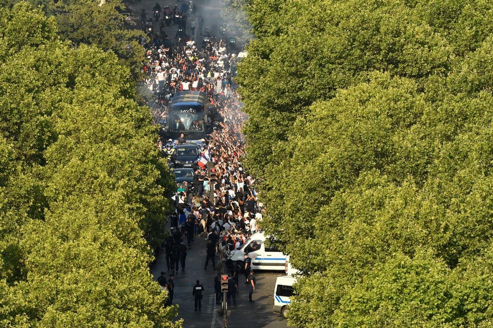 Festa francesa pelas ruas de Paris (Foto: AFP)