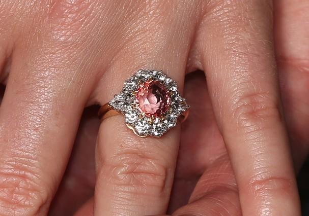 O anel de noivado da princesa Eugenie é avaliado em R$ 447 mil (Foto: Getty Images)