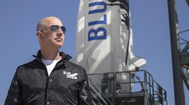 Jeff Bezos em 2018 ao lado de um de seus foguetes (Foto: Reprodução)