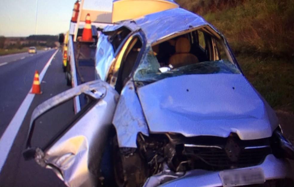 Carro capotou cerca de 50 metros na rodovia Castelo Branco  (Foto: Reprodução/ TV TEM)