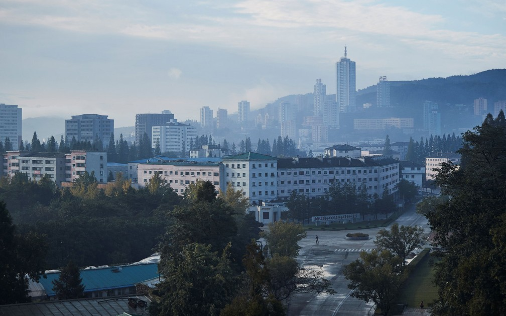 O centro da cidade de Wonsan, na Coreia do Norte, é visto da janela de um hotel em foto de outubro de 2016 (Foto: Christian Peterson-Clausen/Handout via Reuters)