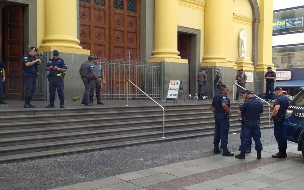 Guardas municipais na porta da Catedral Metropolitana de Campinas — Foto: Fernando Evans/G1