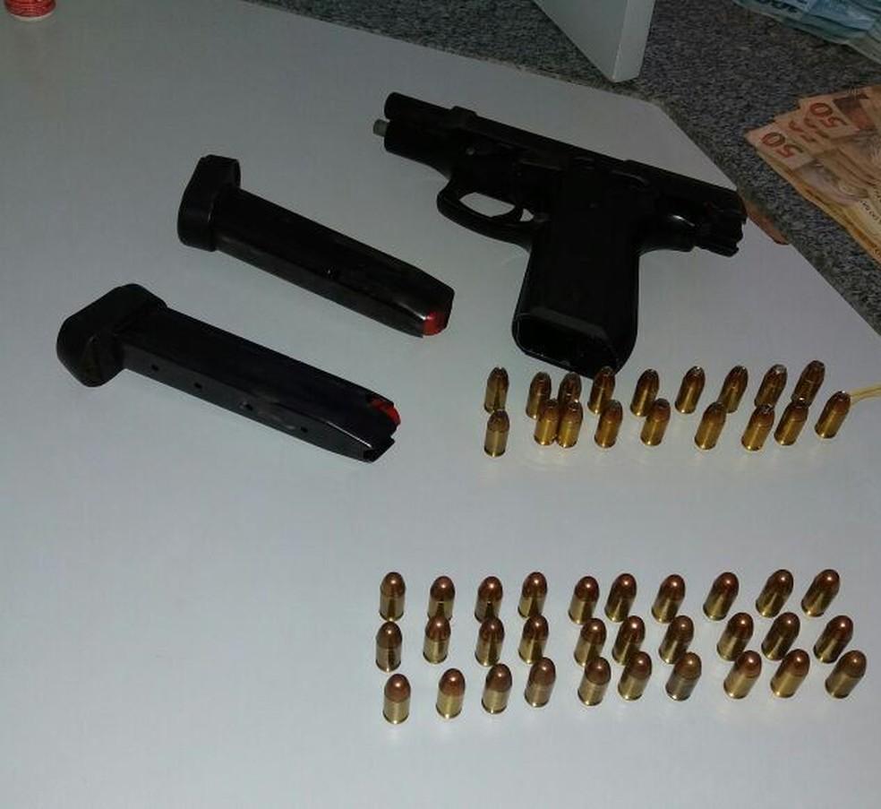 Armas também foram encontradas com o suspeito (Foto: Divulgação/Polícia Militar)