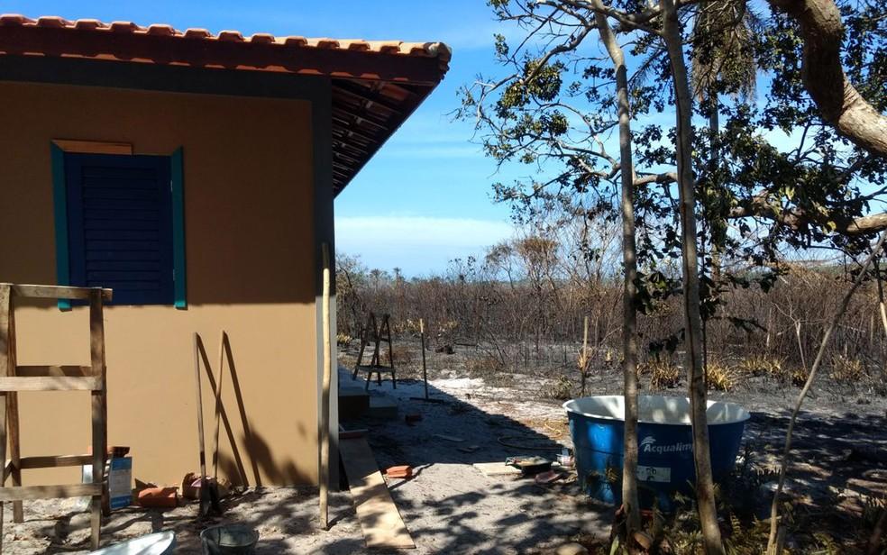 Fogo atingiu área próxima a casas, mas moradores não precisaram ser retirados do local (Foto: Divulgação/ Secretaria de Meio Ambiente)