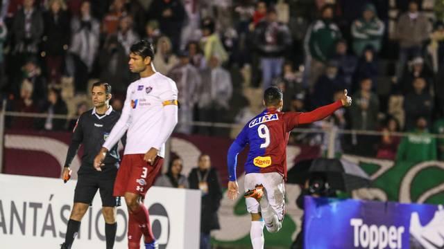 Thiago Santos comemora primeiro gol do Paraná