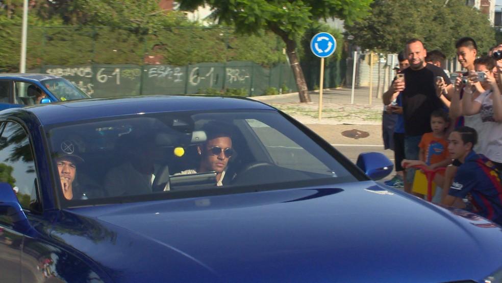 Neymar chega ao CT do Barcelona, de onde foi embora cerca de meia hora depois (Foto: Ivan Raupp)
