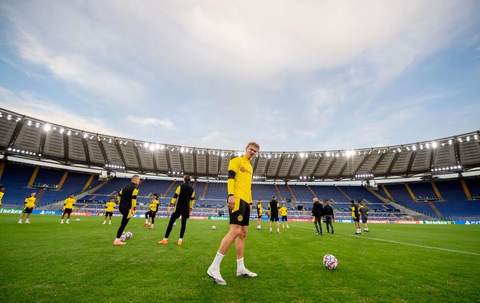 Haaland em treino do Borussia Dortmund no Estádio Olímpico — Foto: Getty Images