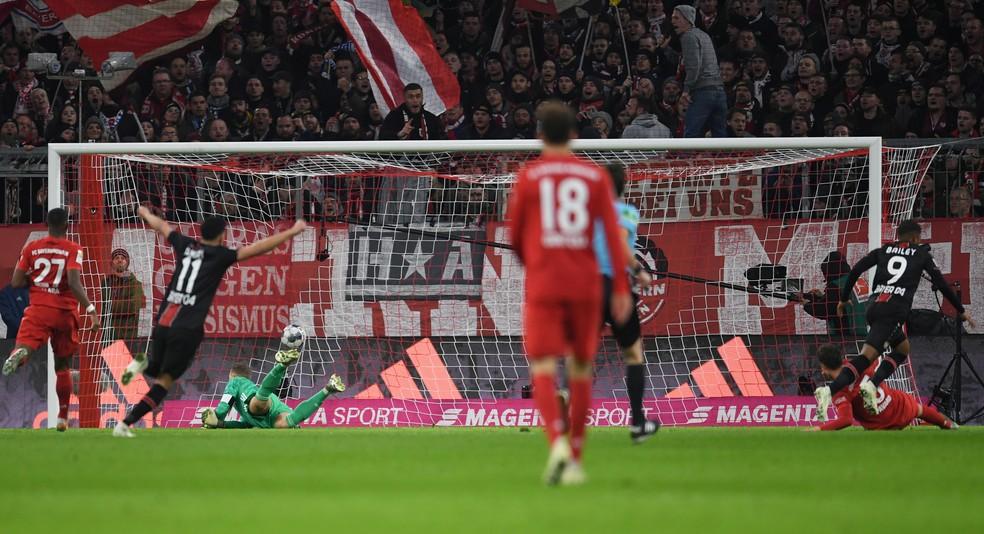 Primeiro gol do Bayer Leverkusen na vitória sobre o Bayern de Munique — Foto: Andreas Gebert/Reuters