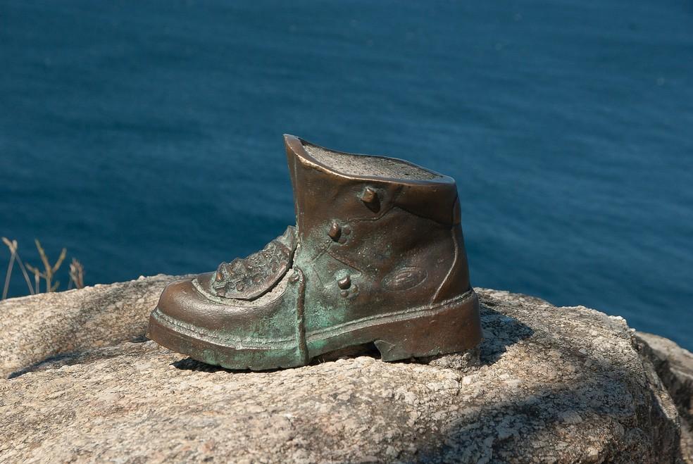 Uma bota de bronze marca o fim da antiga rota de peregrinação — Foto: Pixabay