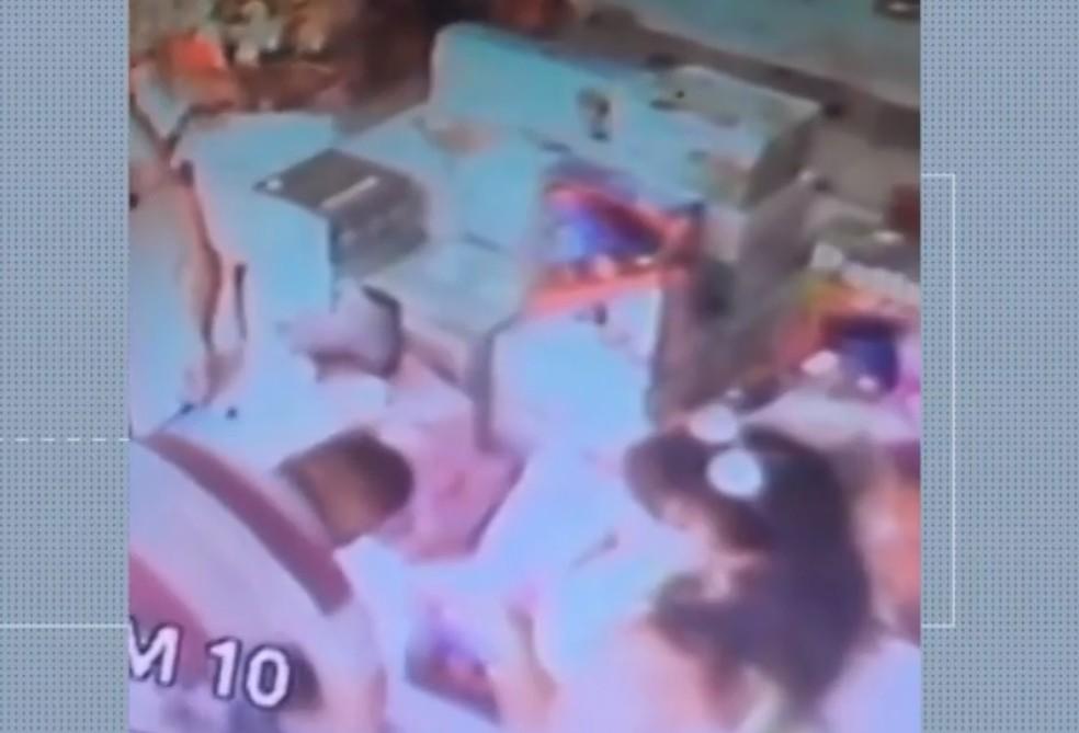 Grupo invade loja e roubam piscinas e boias na 'Feiraguay', em Feira de Santana, na Bahia — Foto: Reprodução/TV Subaé