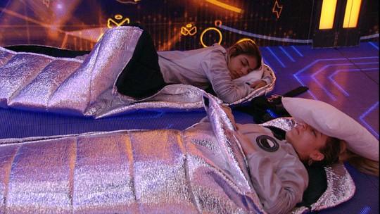 Paula dorme com travesseiro no rosto no Quarto 7 Desafios