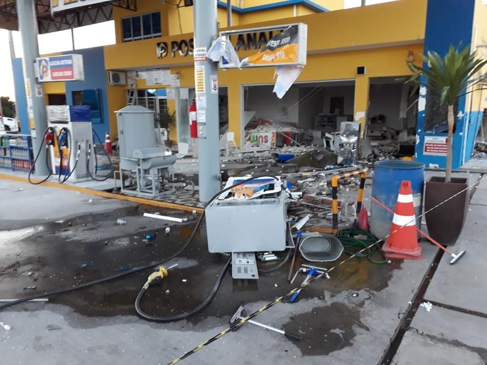 Posto de combustíveis foi destruído após bandidos explodirem cofre, no interior do RN — Foto: Robson Cabugi