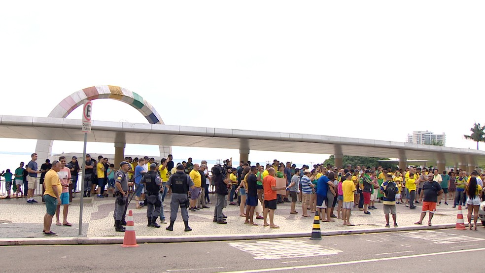 Manifestantes se reúnem na Ponta Negra, na Zona Oeste de Manaus (AM) — Foto: João Paulo/Rede Amazônica