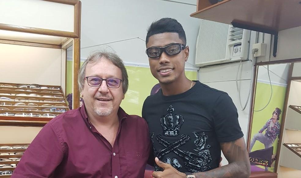 Bruno Henrique com óculos de proteção para preservar local da lesão (Foto: Arquivo Pessoal)