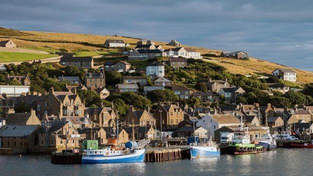 A indústria de energia limpa está oferecendo aos jovens das Ilhas Orkney oportunidades além da agricultura e dos combustíveis fósseis (Foto: Getty Images)