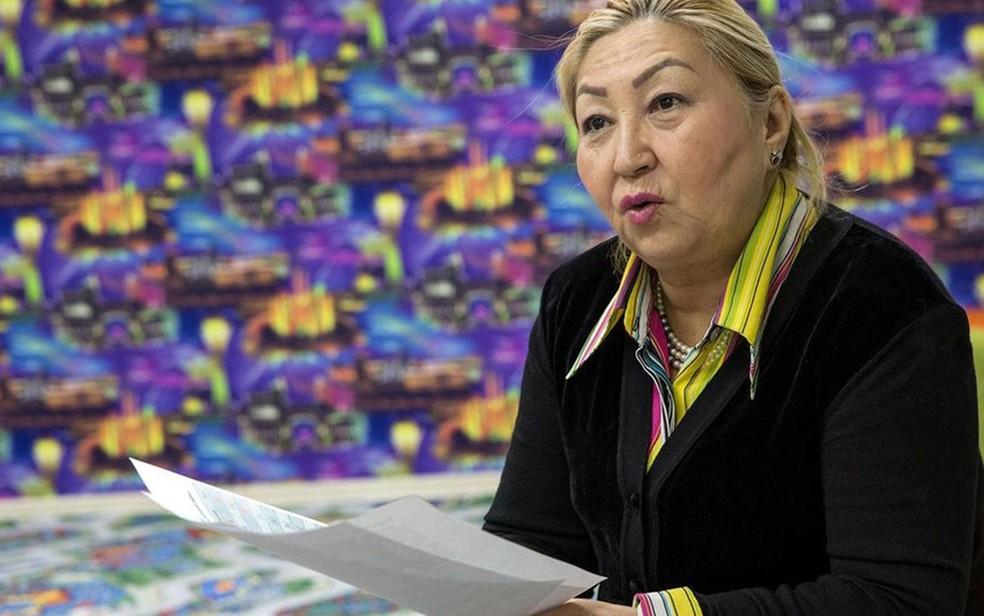 A linguista Munalbayeva Daurenbekovna apresenta o novo alfabeto na Biblioteca Nacional, em Astana (Foto: BBC/Taylor Weidman)