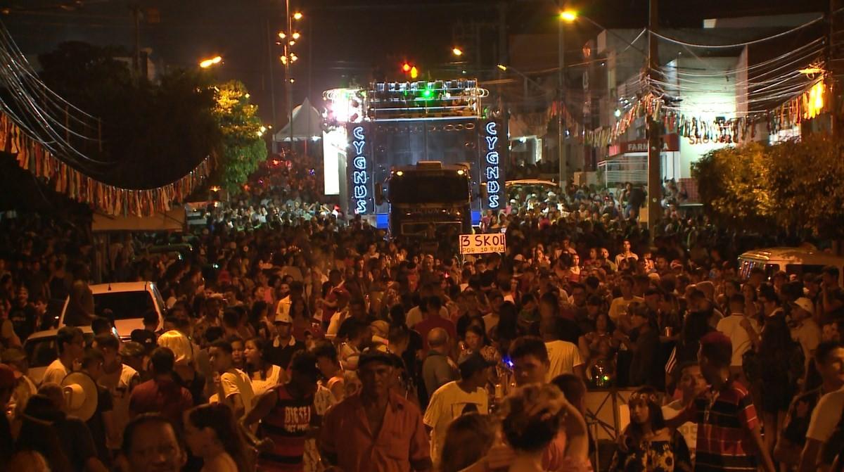 Primeira noite de Carnaval em Salgueiro reúne multidão atrás do trio elétrico